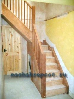 Простая деревянная лестница для дачи