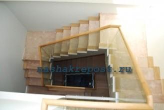 Поворотная деревянная лестница.