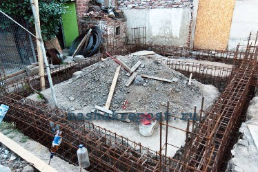 выкапывание ямы для фундамента