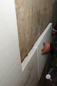 Приклейка пенополистирола к стене