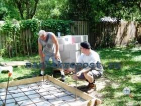 установка вертикальных маячков при строительстве барбекю из кирпича