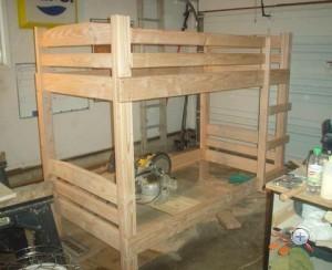 Деревянная двухярусная кровать в сборе