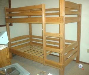 Самостоятельно изготовленная двухярусная кровать из дерева
