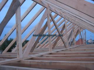 Всё же проще...  Наклонные стропила прибиваются к продольной балке, и образуются те самые треугольники...