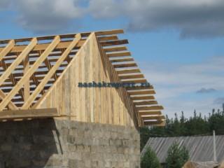 Когда вся стропильная система будет построена, с торцов двухскатную крышу можно оббить прямыми досками.