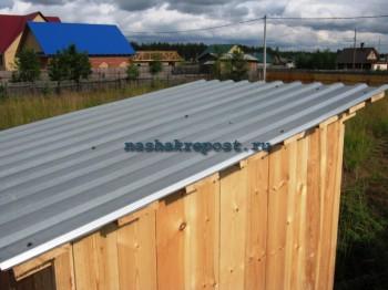 крыша дачного туалета, закрытая профнастилом