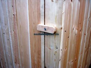 крючок для фиксации двери деревянного туалета