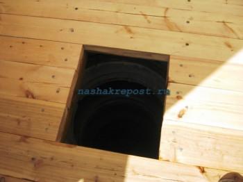 отверстие в полу дачного туалета