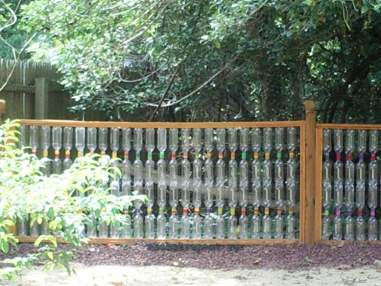 Заборы из пластиковых бутылок своими руками