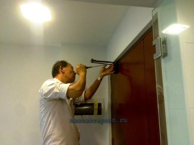 Установка доводчика на дверь