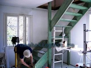 покраска лестницы на мансарду