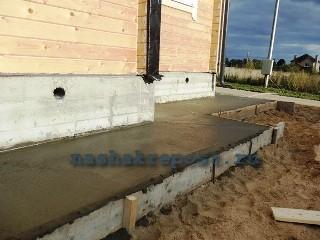 высыхание бетонного слоя для отмостки из тротуарной плитки