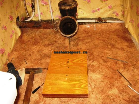 Установка унитаза своими руками на деревянный пол