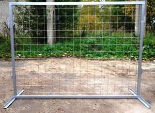 металическое ограждение строительной площадки