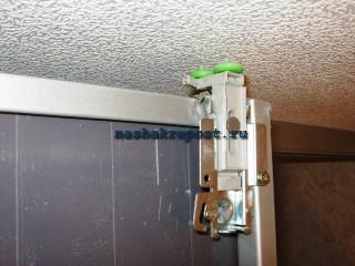 верхняя опора  двери шкафа купе