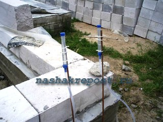 применение водяного уровня на стройке