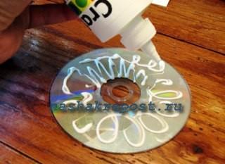 нанесение клея на диск