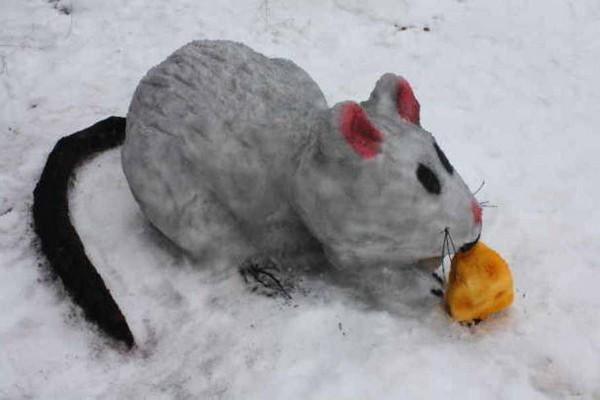 Мышь - фигура из снега