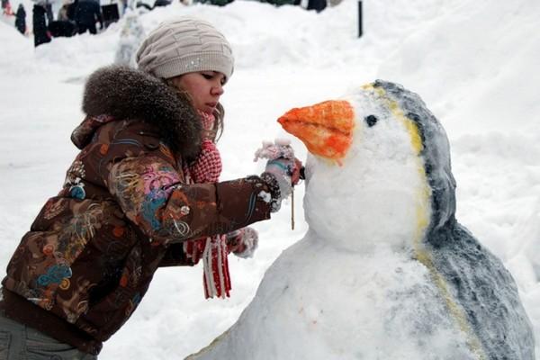 Как покрасить фигурыиз снега